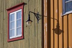 shadow of a street lamp - gatelyktas skygge (harald.bohn) Tags: street houses winter light green yellow wooden vinter røros gul trehus skygge gatelykt bergmannsgatagrønn