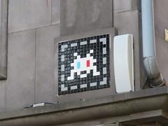 Space Invader CLR_25 (tofz4u) Tags: white streetart black france tile 3d noir mosaic spaceinvader spaceinvaders 63 invader blanc squared auvergne mosaque puydedme clermontferrand artderue puydedome clr25 63000 3deyes