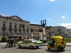 """Deux tuk-tuk, une vieille voiture et un coco-taxi. Bienvenue à La Havane! <a style=""""margin-left:10px; font-size:0.8em;"""" href=""""http://www.flickr.com/photos/127723101@N04/25333286061/"""" target=""""_blank"""">@flickr</a>"""