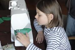 Nora-0331 (leoval283) Tags: portrait les abby grandchildren nora oma sewingmachine portret kleinkinderen meisjes lessons zolder practising naaimachine