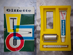 Gillette: almost a complete set (1963 Alu-tech L4) (Arne Kuilman) Tags: design soap 60s tech box gear creme shaving shave packaging thriftstore find razor 1963 gillette inset scheren verpakking doos doosje ontwerp brushless scheermes nickelplated vondst alutech