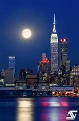 Empire State Building & supermoon of August 2015 (A.G. Photographe) Tags: nyc usa ny newyork nikon manhattan newyorker ag empirestatebuilding nikkor anto xiii d810 supermoon antoxiii 70200vrii agphotographe superlune