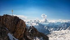 Zugspitze - Gipfelkreuz (Wolfgang Staudt) Tags: schnee berg bayern deutschland tirol alpen gletscher tourismus gebirge seilbahn zugspitze oesterreich staatsgrenze gipfelkreuz plattform attraktion zugspitzbahn berggipfel wettersteingebirge ostalpen zugspitzmassiv gebirgig