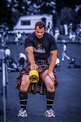 Gregor Edmunds - Scottish Heavyweight Champion (FotoFling Scotland) Tags: pull scotland kilt lift legs fife muscle scottish tshirt competition trainers thighs scot heavy weight throw thornton highlandgames kilted glenfiddich scotsman upkilt gregoredmunds tartankilt traditionalkilt
