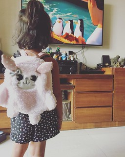 The little one loves her new bag ;) she is not taking it off. #cute #kids #bag #penguin