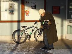 Stlmormor (evisdotter) Tags: winter woman candid library books streetshot politiker sooc veterinr tantgrn christinahedmanjaakkola stlmormor kulturpersonlighet