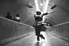 Street Scene (arTARO) Tags: blackandwhite bw canon eos dance streetphotography streetscene tanz sw schwarzweiss taro strassenszene 550d strassenfotografie