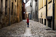 la calle (-Luisfer-) Tags: street espaa color calle spain foto sombra triste reflejo nio piedra ponferrada adoquin