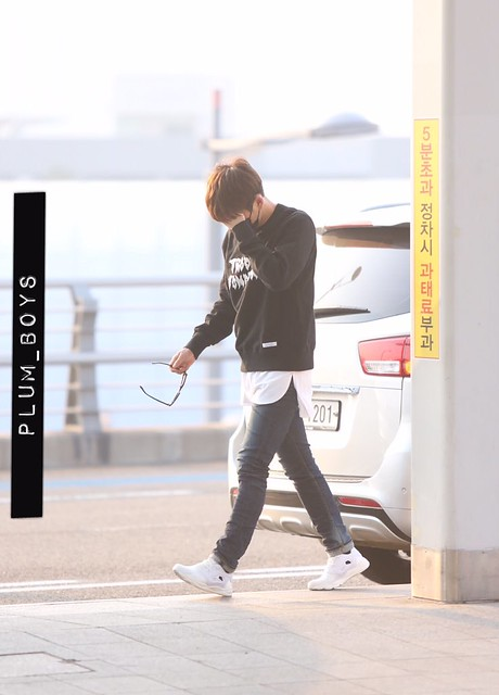160328 Onew @ Aeropuerto de Incheon {Rumbo a China} 26054810326_4dd2c8d3d1_z