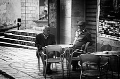 Storia e cultura a Piana degli Albanesi (encantadissima) Tags: bar palermo sedie fontana sicilia streetview pianadeglialbanesi anziani scalinata manifesti bienne tavolini avventori comunitalbanese fontanatrekanojvet