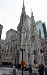 Sur la 5th avenue, se trouve Saint Patrick's Cathedral.  On doit son style nogothique  l'architecte James Renwick Jr.  La premire pierre (de la pierre de Caen) est pose le 15 aot 1858. (Barbara DALMAZZO-TEMPEL) Tags: nyc manhattan midtown 5thave saintpatrickscathedral