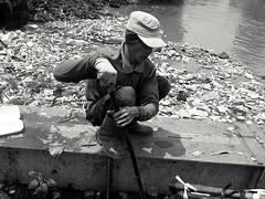 Mengais Sampah di Kali (Pebi Yudha) Tags: kali sungai sampah