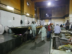 SikhTempleNewDelhi032 (tjabeljan) Tags: india temple sikh newdelhi gaarkeuken sikhtemple gurudwarabanglasahib