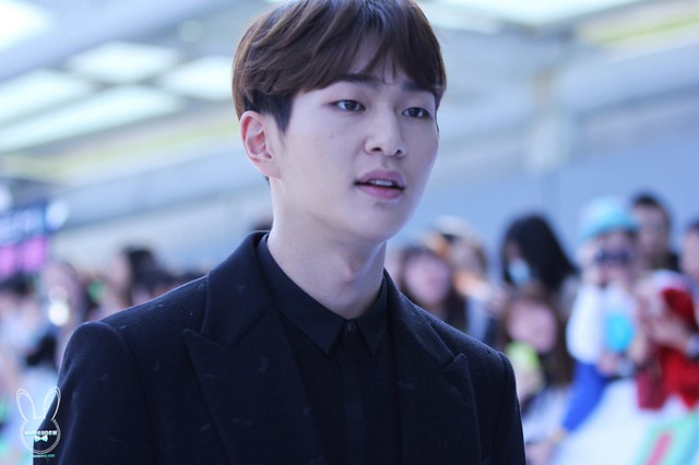 160328 Onew @ '23rd East Billboard Music Awards' 26079071256_b7a0d91888_z