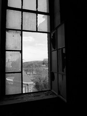 ein offenes Fenster (Lautes Rot) Tags: leica blackandwhite bw openwindow magdeburg abandonedhouse sw schwarzweiss 2014 lostplaces verlasseneshaus dlux5 leerstehendesgebude