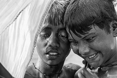 Happy swimmers (De.Ha) Tags: portrait blackandwhite bw india white black wet smile contrast swimming canon river noir child outdoor candid nb enfant blanc ganga nage inde candide gange extrieure eos500d benars