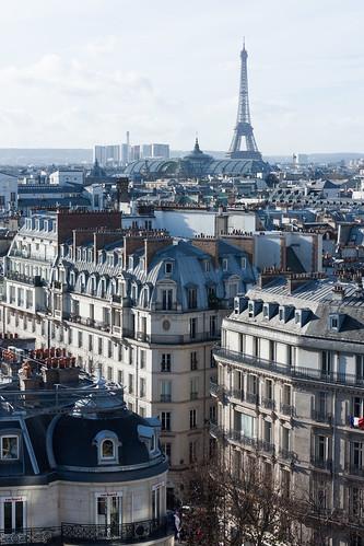 Parmi les toits parisiens, la Tour Eiffel