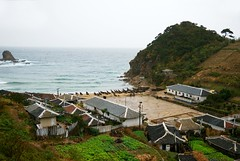 Fisher village near Hongwon (Frhtau) Tags: sea people cliff beach rock japan strand rural fence way landscape asian coast photo asia meer wasser do mare leute dorf village view outdoor path traditional picture culture wave scene korea du line east fisher agriculture kliff ufer landschaft nord fischer weg kste wellen dprk hgel klippe coria coreia abhang nordkorea
