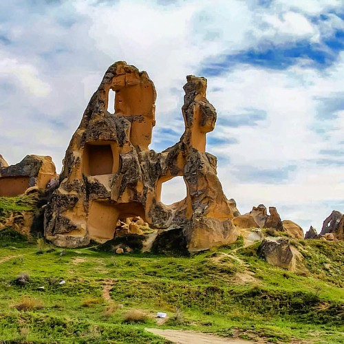 Kapadokya kıymetini henüz anlayamadığımız benzersiz olağanüstü bir coğrafya. İlgisizliğimize ve farkındalıksızlığımıza rağmen o kendisini dünyaya fark ettiriyor. Gidin, görün!   Barselona, İspanya  Profilimde yer alan linkten @qatarairways 'in uçtuğu, hay