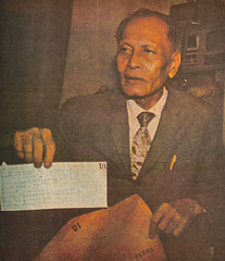 Eduardo Quintero with the controversial payola envelope (Presidential Museum and Library) Tags: martiallaw