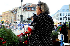La photographe avec une mise  pois. (Giangaleazzo) Tags: street old city people woman photography glasses photo donna nikon dress poland coolpix warsaw fotografia taking attention polonia pois lifeinthecity fotografa historicalcity
