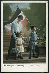 "Archiv D522 ""In freudiger Erwartung"", Karte Deutsches Kaiserreich, 1916 (Hans-Michael Tappen) Tags: fashion outfit mother son ww1 1910s mutter tochter daugther 1916 kleidung sohn nationalflag germanempire koloriert handcolouring patriotismus kriegszeit nationalflagge deutscheskaiserreich handkoloriert 1910er archivhansmichaeltappen"
