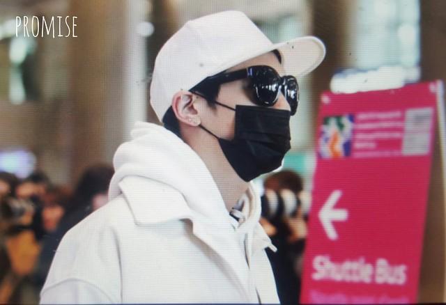 160215 Jonghyun @ Aeropuerto de Incheon {Llegada a Corea} 24776229550_3bb17ee72e_z