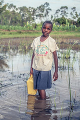 Getting Water at the lake (ReinierVanOorsouw) Tags: poverty africa travel people water girl kenya afrika kenia mensen kakamega kenyai eastafrica girlwater  reisfotografie gettingwater  reiniervanoorsouw oostafrika