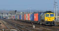 Busy Lines (pete.callaway) Tags: eastleigh freightliner class66 containertrain 66572