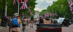 Bike British (Le monde d'aujourd'hui) Tags: england london bike naked nude cyclists ride britain protest buckinghampalace cycle rickshaw unionjack unionflag themall nake 2015 worldnakedbikeride wnbr wnbrlondon