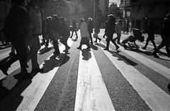 pedestrians (ivaslop) Tags: life street people sun film cross kodak pedestrians catalunya pushed tmax400 figueres pentaxmx peatones analogico iso1000