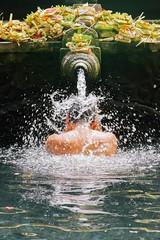 El bao sagrado (Laila G.P) Tags: bali agua bao ofrenda tradicin chorro sagrado rezo tirtagangga