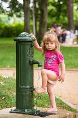 Lavado de pies (GMH) Tags: plaza parque water girl agua eau jardin nia wash pies fille parc jugando grifo laver limpieza lavado rangueil ltytr1