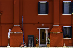 living in RED (Blende1.8) Tags: street door italien venice windows red urban italy lagune color colour rot window colors bicycle architecture aka italia colours fenster strasse laranja architektur rød rood rosso venezia venedig farbig tür fahrrad bunt burano 红色 ワイン röd veneto 色 紅 roig バラ レッド czerwony červená kırmızı rooi czerwień 赤色 carmín いろ أحمر bermeyu 猩々緋 紅赤 薔薇色 ばら色 バラ色 茜色 臙脂 銀朱 深緋 真紅 深紅 đỏ