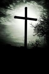 la croix (sevenseb) Tags: soleil noiretblanc nuages soir croix ambiance