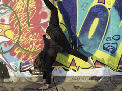 Handstand (kohlmann.sascha) Tags: street people woman streetart building berlin wall deutschland graffiti donna clothing dress place pants wand femme mulher streetphotography menschen hose clothes jeans berlinwall trousers handstand graffito frau friedrichshain gebäude youngwoman mauer verticale ort eastsidegallery berlinermauer mensch kleidung murodeberlín demin thema équilibre 女人 jungefrau bekleidung jeunefemme murdeberlin 女子 murodeberlim murodiberlino elpino handlung 柏林圍牆 betonmauer concretedam antifaschistischerschutzwall streetfotografie laseñora strasenfotografie peopleandgraffiti murodeprotecciónantifascista جداربرلين 手倒立 antifascistprotectionrampart же́нщина menschenundgraffiti фра́у בערלינערוואנט murenbéton сто́йканарука́х