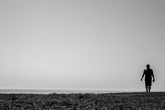 062/366 - Hher, schneller, weiter / Higher, faster, further (Boris Thaser) Tags: ocean street sea people blackandwhite bw man silhouette project walking coast bahrain meer flickr adult candid streetphotography scene menschen explore negativespace shore creativecommons photoaday sw coastline mann 365 unposed shape ufer seashore 32 waterside projekt tog gehen pictureaday strolling szene spazieren kingfahdcauseway 366 schattenriss ungestellt project365 schattenbild umriss querformat flanieren landscapeformat schlendern negativerraum project366 erwachsener meeresufer schwarzwei kste meereskste streettog straenfotografie fujifilmxt1 fujixt1 zweisichtde zweisichtig