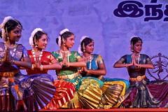 Cinq grces (Chemose) Tags: show india girl festival canon eos coast dancing performance january dancer danse cte 7d janvier tamilnadu coromandel inde southindia mahabalipuram mamallapuram spectacle pallava danseuse indedusud