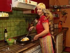 cooking (Schneeglöckchen-Photographie) Tags: cooking kitchen eggs küche leguan kochen eier braten iguanaiguana