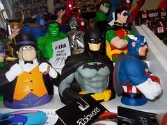 Escoge tu hucha (jlmaral) Tags: espaa spain cosplay asturias batman cosplayer oviedo asturies hucha mostrador capitanamerica elpinguino huchas cometcon