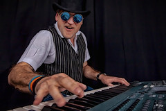 IMG_9626-Bearbeitet-Bearbeitet.jpg (Jürgen Kleinwächter) Tags: keyboard musiker leute jk allgemeines heimstudio bearbeitungen nikcolorefex4 topazglow