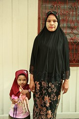 muslim woman with daughter (the foreign photographer - ) Tags: woman portraits canon thailand kiss dolls bangkok muslim daughter barbie muslem khlong bangkhen thanon 400d