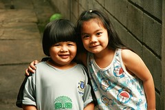 friends (the foreign photographer - ฝรั่งถ่) Tags: girls friends portraits canon children thailand kiss child bangkok khlong bangkhen thanon 400d