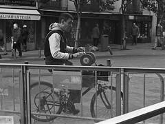 Madrid, calle de Toledo (fcuencadiaz) Tags: madrid analogica delta400 byw oficios afilador