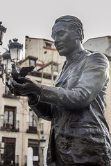 (Cindy en Israel) Tags: madrid espaa art statue outdoors spain arte dove paloma depthoffield estatua federicogarcialorca profundidaddecampo airelibre federicogarcalorca