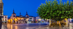 Amanecer en el Burgo de Osma (dleiva) Tags: street sky panorama tree history horizontal architecture night outdoors photography town spain ancient nopeople panoramic illuminated townhall christianity garbagecan soria domingo prop leiva elburgodeosma traveldestinations colorimage spanishculture buildingexterior consumerproduct dleiva