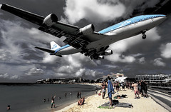 klm747mahobeach (mrsyclone) Tags: boy france beach airplane big aircraft landing airbus a380 klm stmaarten maho 747 sxm b747 747400 holand