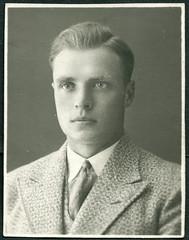 Archiv E131 Portrt, 1920er (Hans-Michael Tappen) Tags: 1920s portrait man fashion outfit portrt frisur mann mode krawatte kleidung haarschnitt lichtbild 1920er archivhansmichaeltappen