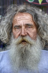 Viejo Lobo (Camilo Farah Fotgrafo) Tags: old portrait white man men azul persona nikon gente retrato sigma oldman playa ojos hippie lobo anciano viejo humano hdr hombre barba pelo caballero seor bigote sentimiento expresion artesano 18250 hdre