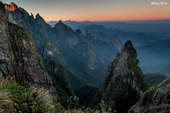 Portais de Hércules (Waldyr Neto) Tags: sunset mountains landscape montanhas parnaso açu dedodedeus serradosórgãos cloudsstormssunsetssunrises portaisdehércules coroadofrade